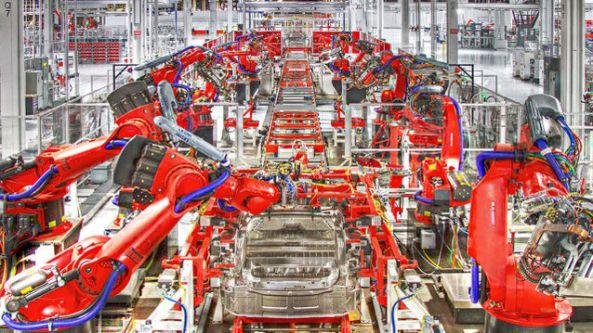 Bild från Teslas bilfabrik i USA. Allting är helt automatiserat i fabriken.